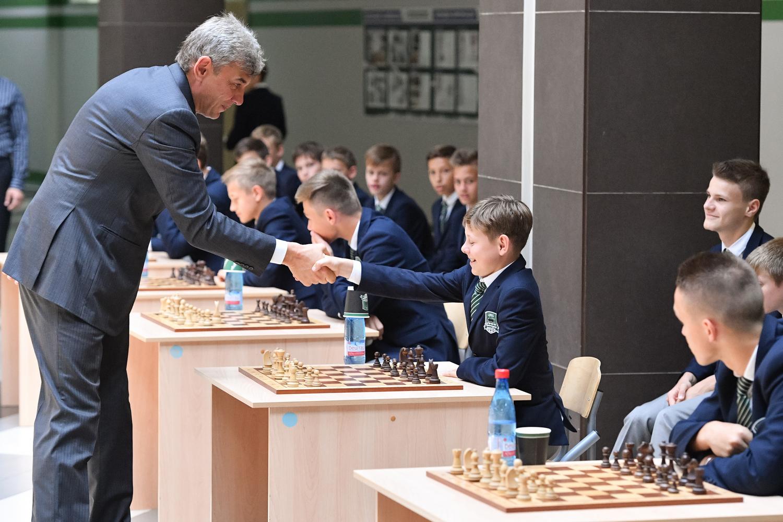 Сергей Галицкий провел сеанс одновременной игры в шахматы с воспитанниками Академии