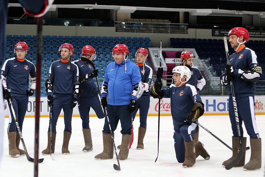 Футболисты «Урала» примерили валенки и провели совместную тренировку с хоккеистами «Авто»