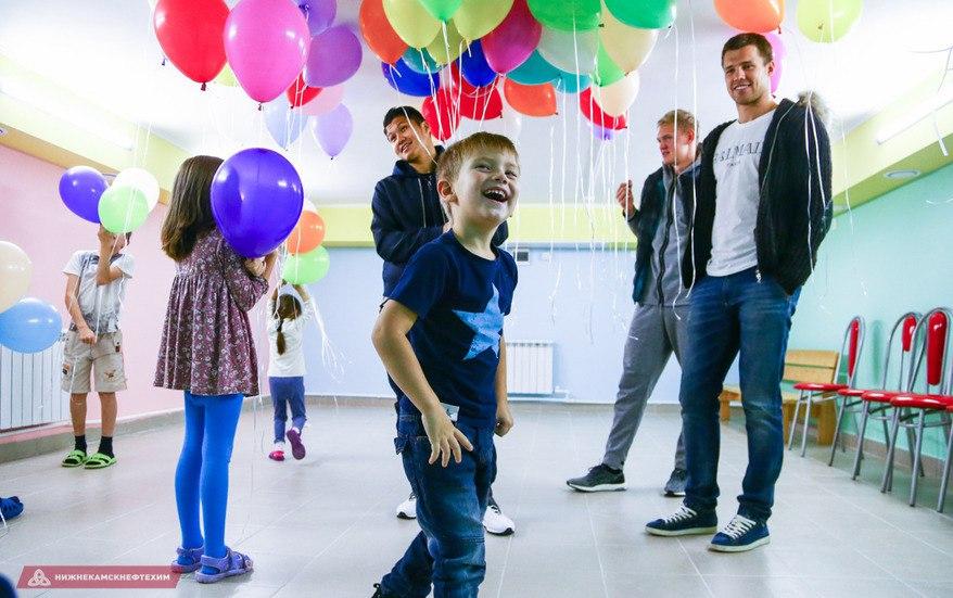 Футболисты «Рубина» сделали необычный подарок для детской больницы