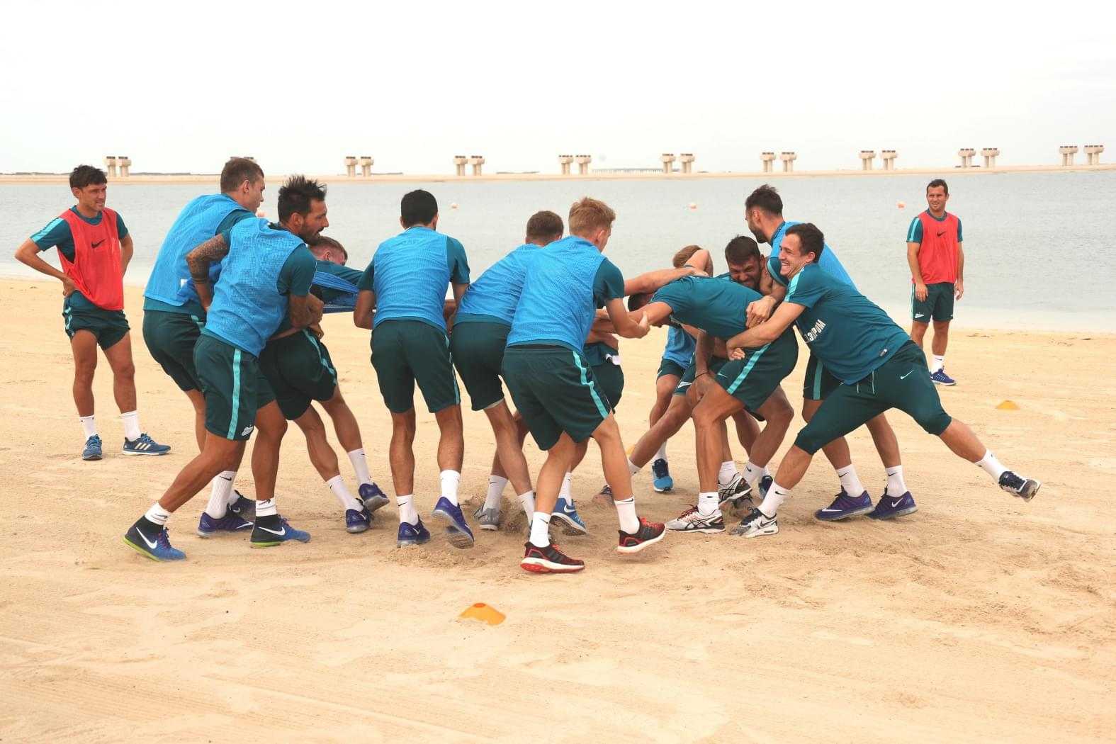 «Зенит» сыграл в регби на берегу Персидского залива