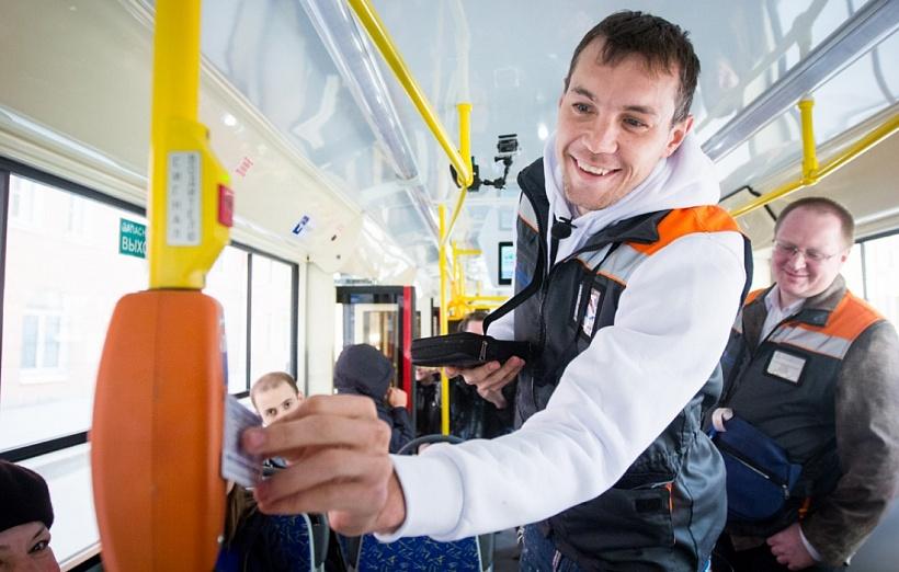 Артем Дзюба отработал смену в трамвае маршрута №3