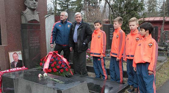 Армейские школьники и ветераны возложили цветы к могиле Федотова