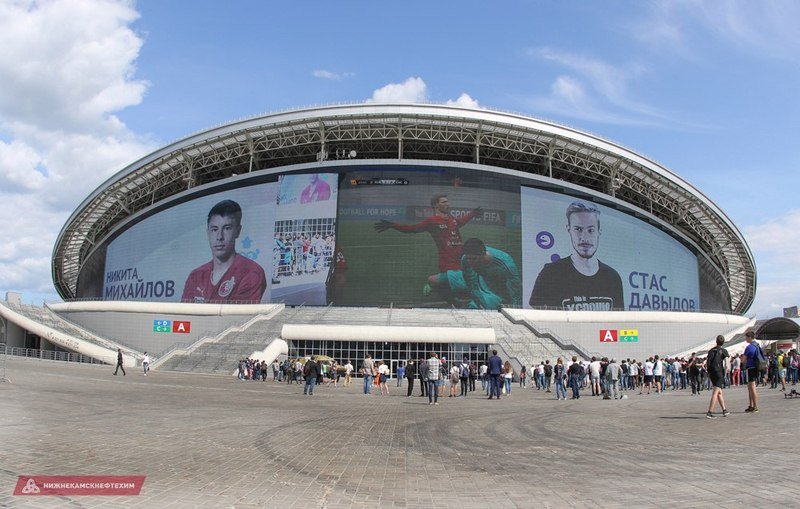 Игра в FIFA на экране «Казань Арены»