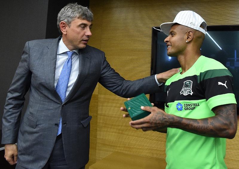 Ари получил памятные часы от президента клуба