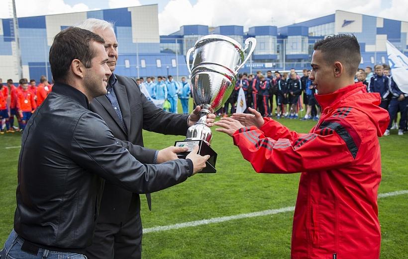 Александр Кержаков вручил футболистам «Бенфики» кубок победителя турнира памяти Морозова