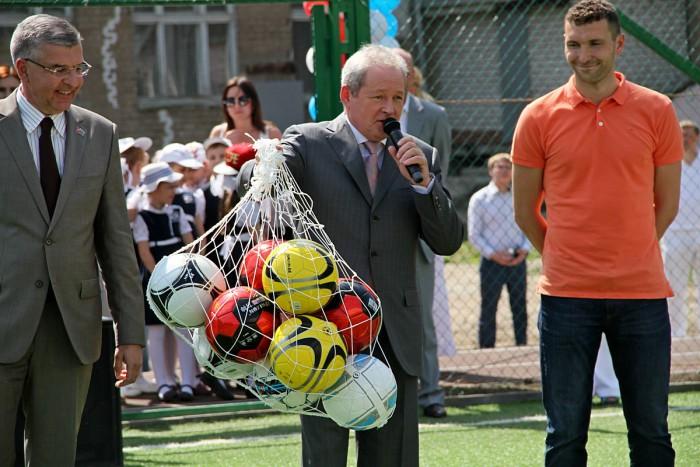 Черенчиков вместе с губернатором Басаргиным открыли футбольную площадку