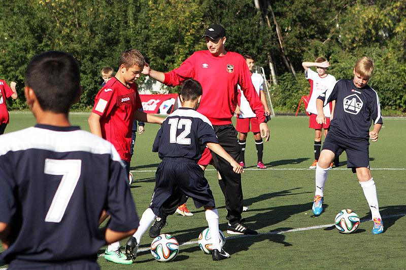 Тренеры «Урала» провели мастер-класс для финалистов турнира «Кожаный мяч»