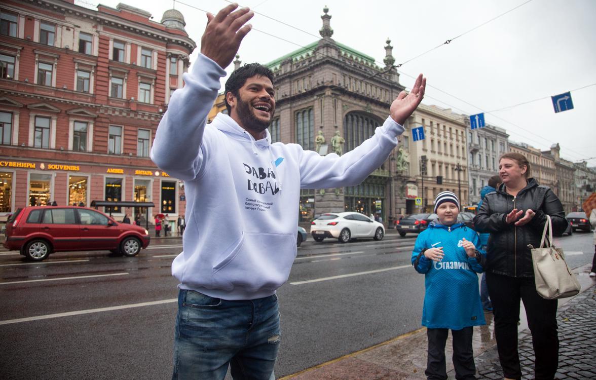 «Давай-давай!»: болельщики собрали миллион — Халк спел на Невском проспекте!