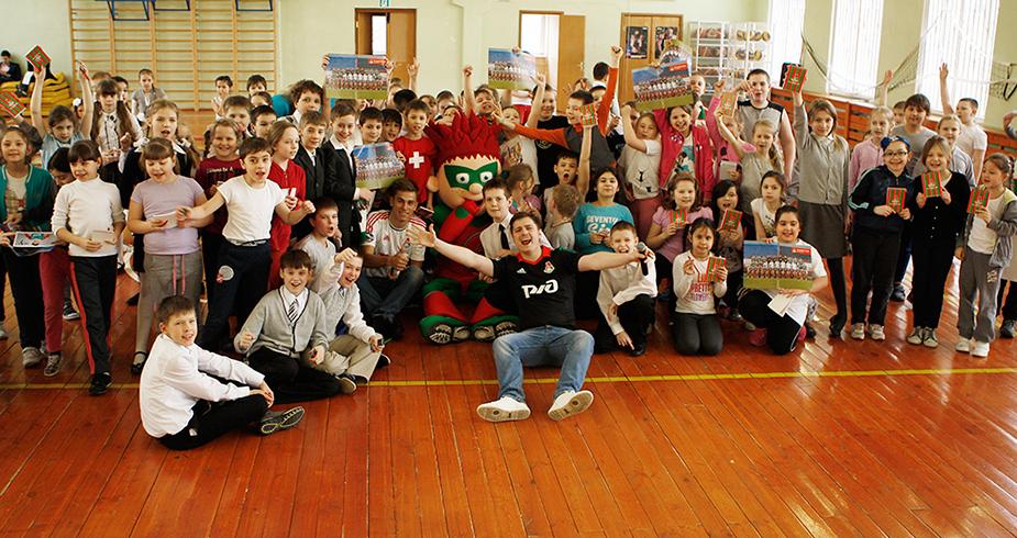 Пейчинович и Довбня устроили футбольный праздник в школе