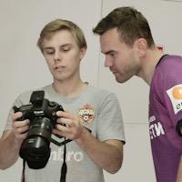 «Иногда игроки сами берут камеру и снимают друг друга». Как снимает матчи фотограф ЦСКА