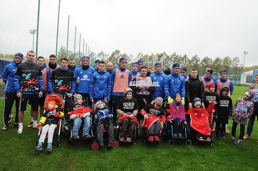 Игроки сборной России вручили подарки детям с ограниченными возможностями