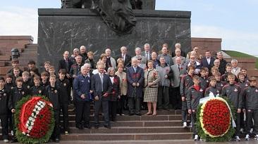 Делегация РФС во главе с С. А. Фурсенко возложила цветы на Поклонной горе