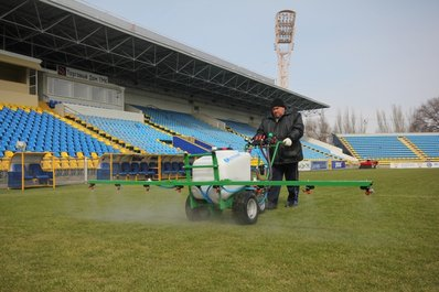 На стадионе «Олимп-2» продолжается работа над полем