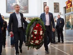 Возложение цветов в Центральном музее вооруженных  ...