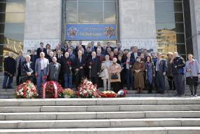 Возложение цветов в музее Вооруженных Сил